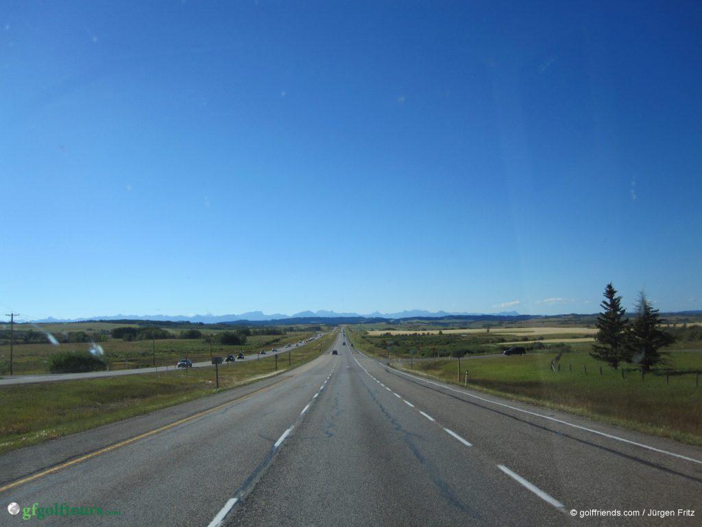 Auf dem Weg nach Banff - am Horizont sind bereits die Rocky Mountains zu erkennen