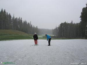 An Loch 4 ist leider die Runde zu Ende: so wird ein Golfball zum Schneeball.