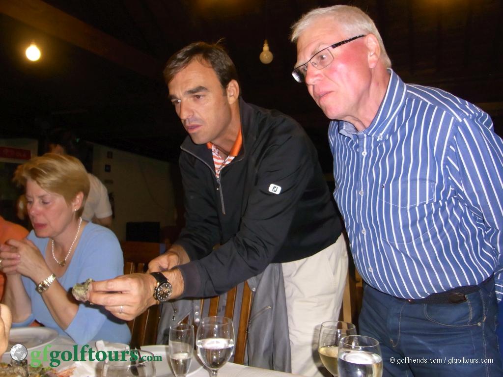Reinhild, unser Golfpro Rui und Hans.