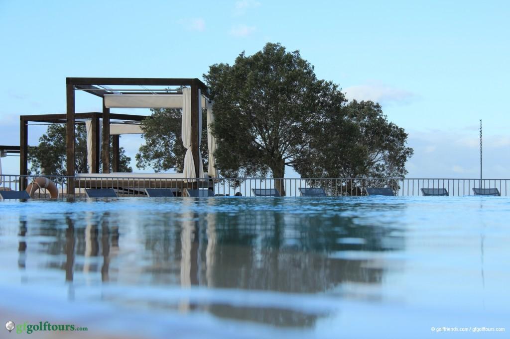 Blick über den Pool auf Wasserebene auf eine der vielen Ruheinseln.