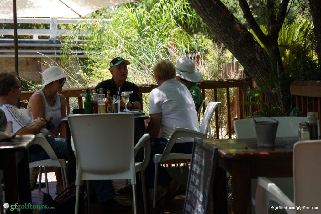 Mittagessen im Schatten am plätschernden Bach.