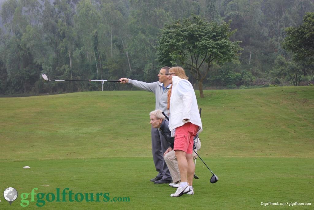 Julia, Helga und Sandro analysieren den Golfplatz.
