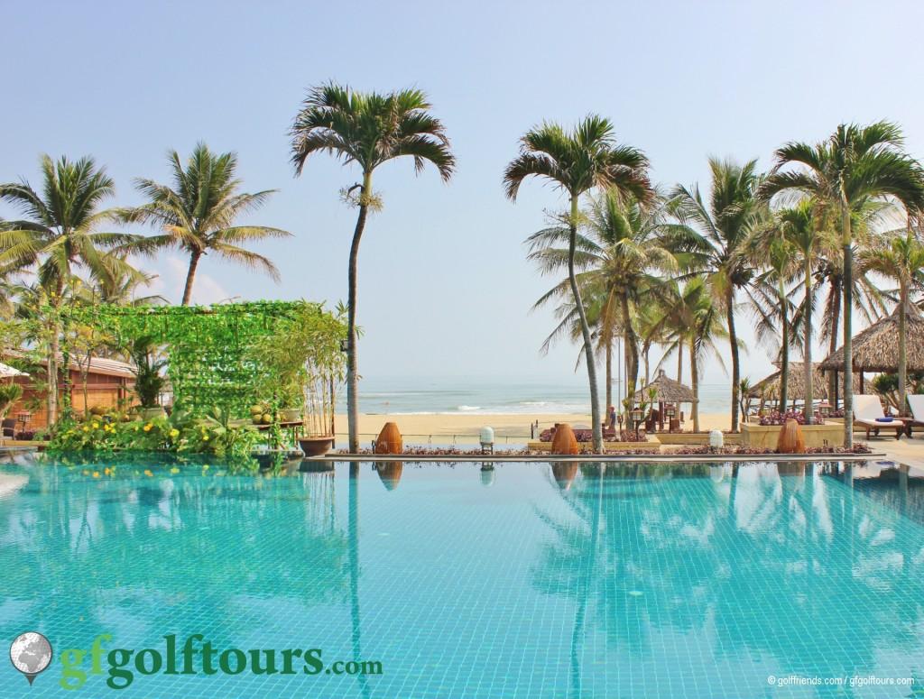 Pool und Strand im Furama Resort.