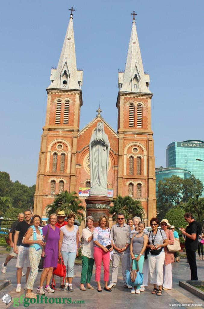 Die golffriends vor der Notre Dame in Saigon.
