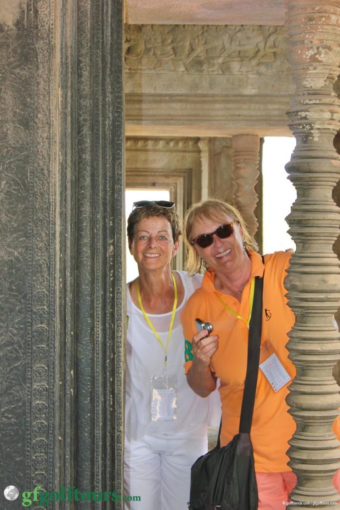 …Marianne und Julia erkunden den Tempel.