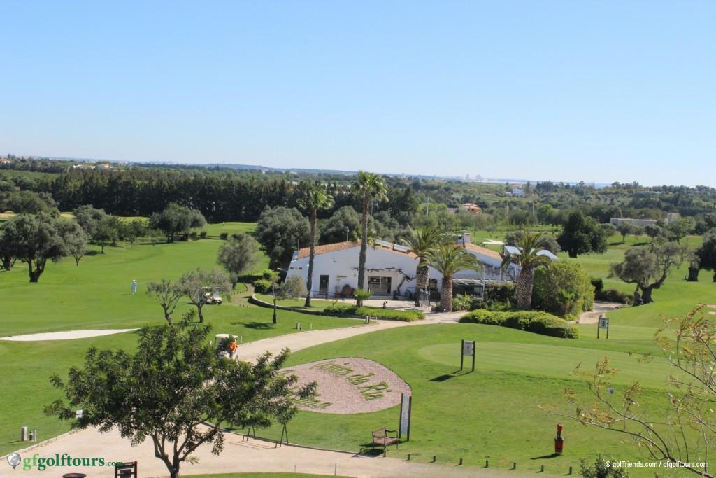 Clubhaus und 1. Abschlag auf dem Golfplatz Quinta da Ria.