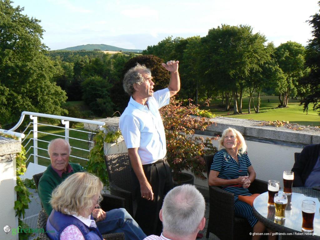 Peters musikalische Showeinlage auf der Dachterrasse des Druids Glen Golf Course