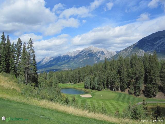 Manchen fällt es schwer sich zu entscheiden was ihnen wichtiger ist, das Golfspiel oder viele schöne Fotos zu machen.