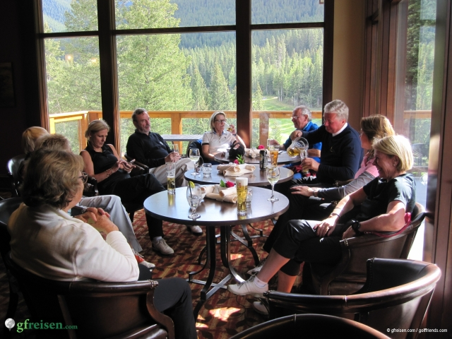 Nach der Golfrunde bei Bier und Wein in der Members Lounge.