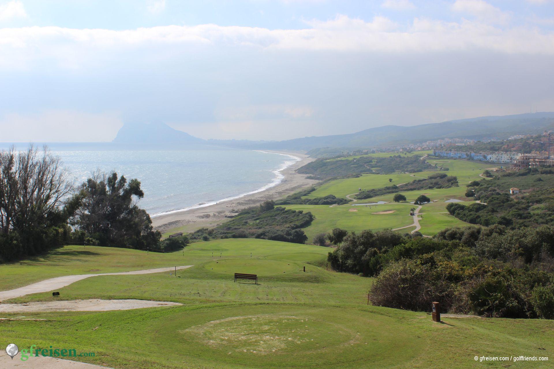 Imposante Bahn mit Blick auf den Berg von Gibraltar