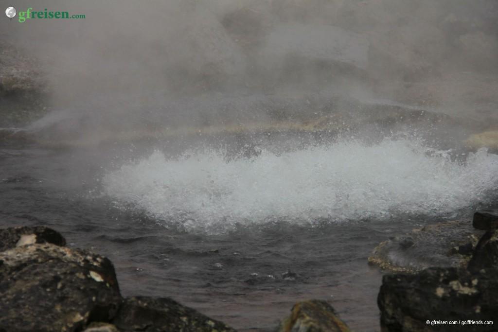 Eine der heißen Quellen mitten im Kurort Furnas