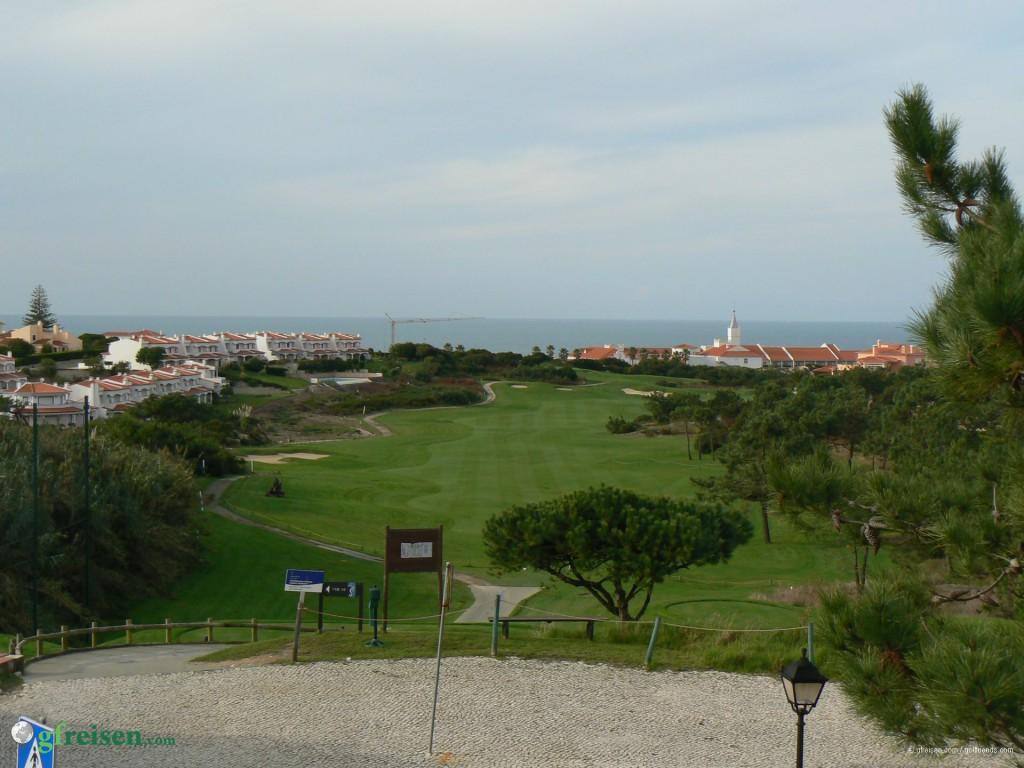 Blick von der Clubterrasse in Praia d'el Rey, im Hintergrund mit dem Turm das Hotel