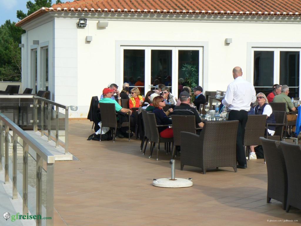 Gemütliches Beisammensein auf der Clubterrasse von Praia d'el Rey