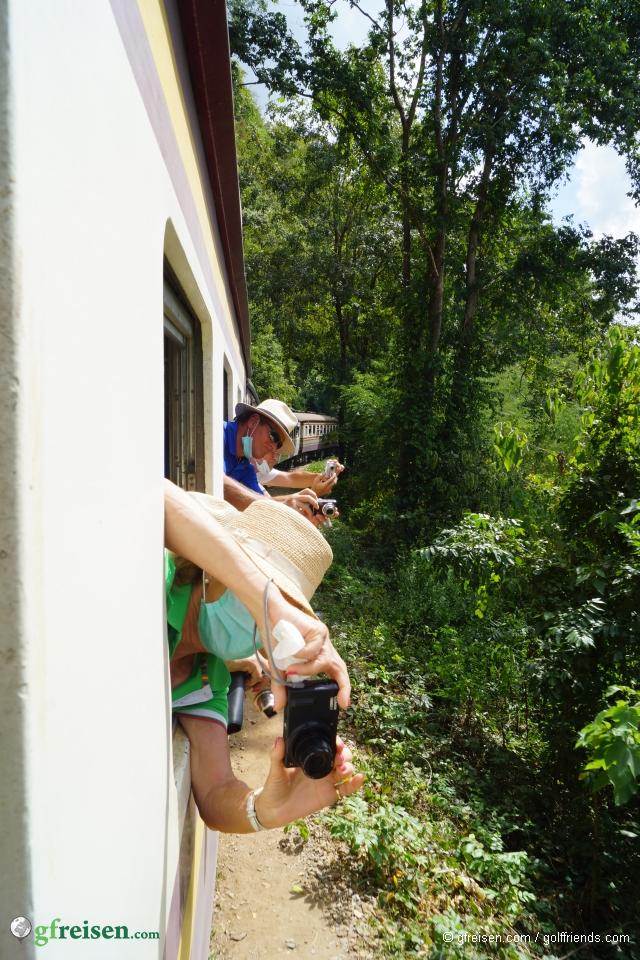 Mit Spaß beim Abenteuer.
