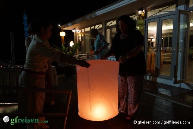 Elfriede lässt einen Lampion steigen.