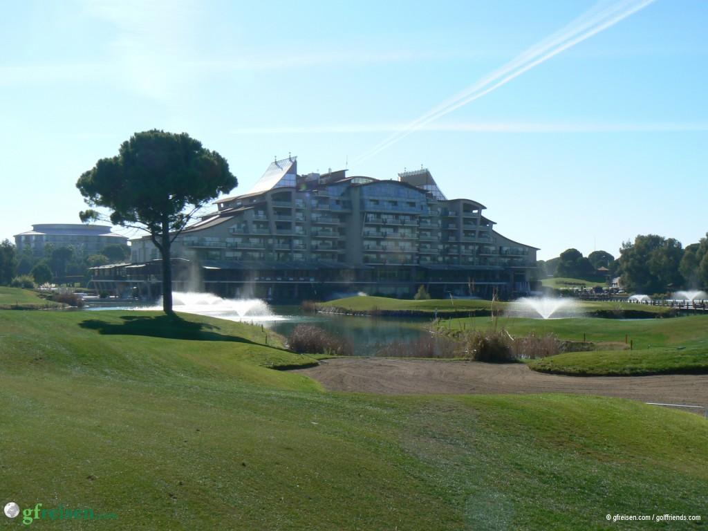 Blick auf die wasserumrahmten Grüns 9 und 18, im Hintergrund das alte Sueno-Hotel.
