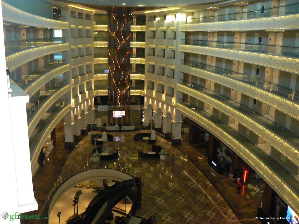 Blick von oben auf die Lobby-Kathedrale des Sueno Deluxe Hotels