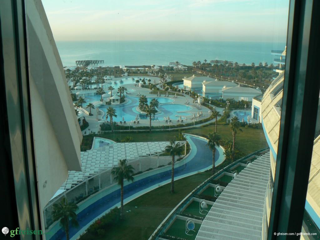 Blick auf die meerseitigen Außenanlagen des Sueno Deluxe Hotels
