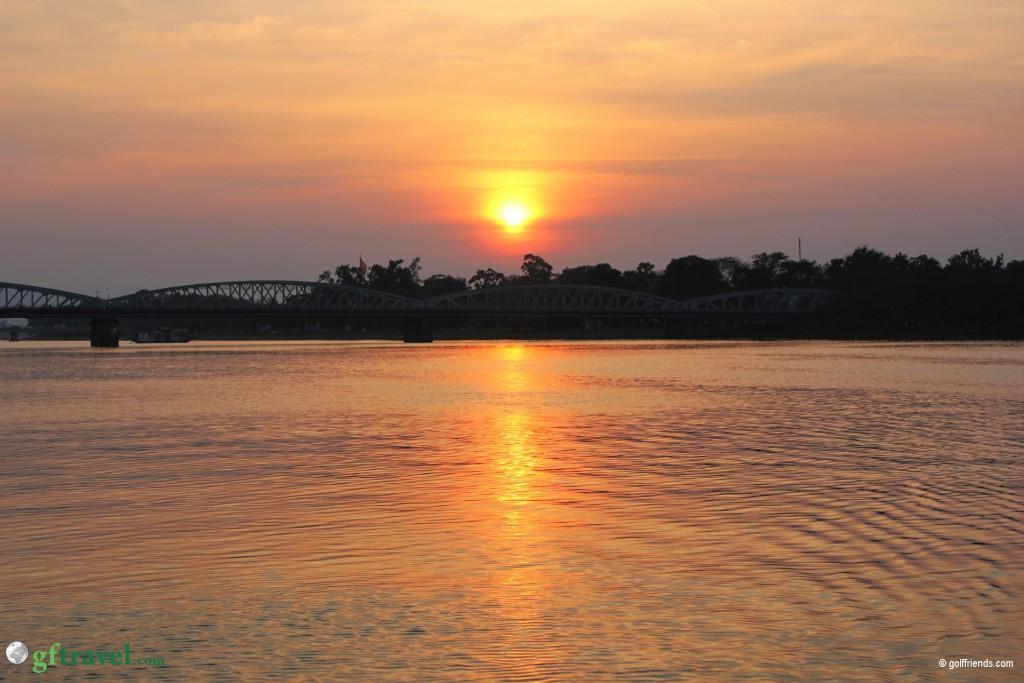 Wunderschöner Sonnenuntergang am Parfüm-Fluss