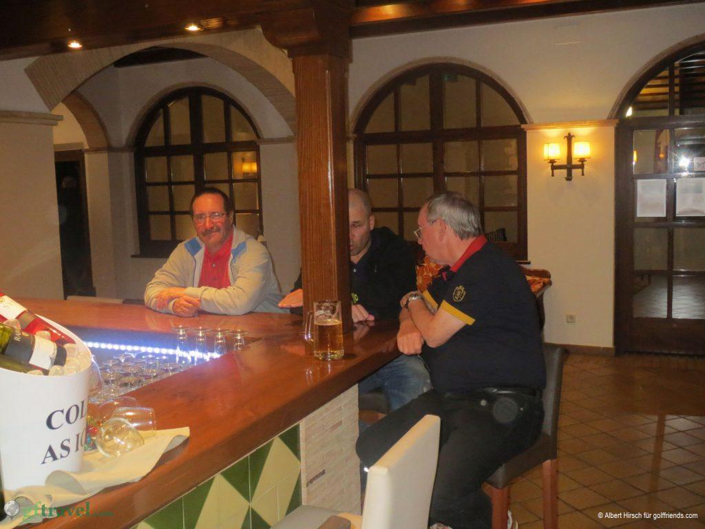 Eintreffen der beiden Spätanreiser und gemeinsames Kennenlernen an der Bar