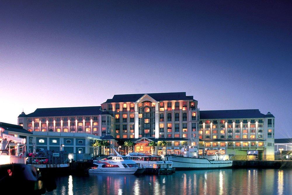 Golf-Gruppenreisen: Südafrika (Table Bay Hotel bei Nacht)